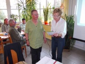 Fritzi Misch überreicht Ingeborg Völker-Engler die Bronzene Nadel des JGHV