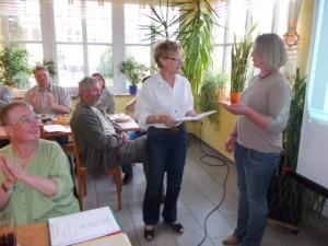 Prüfungsleiterin Fritzi Mischc gratuliert Jungrichterin Gertrud Interrante